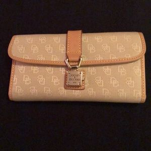 Dooney & Bourke logo continental wallet